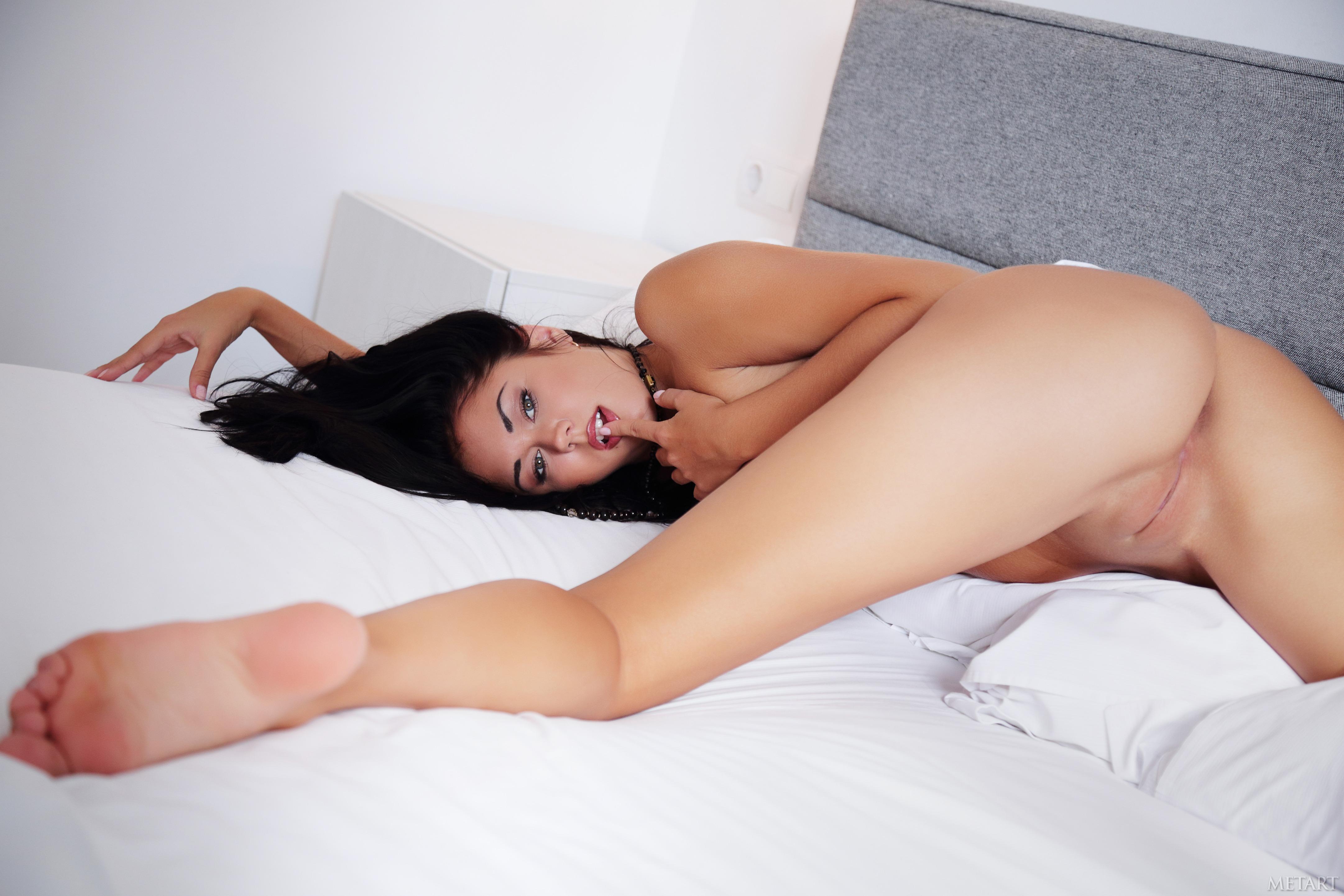 porno-bryunetok-v-trusikah