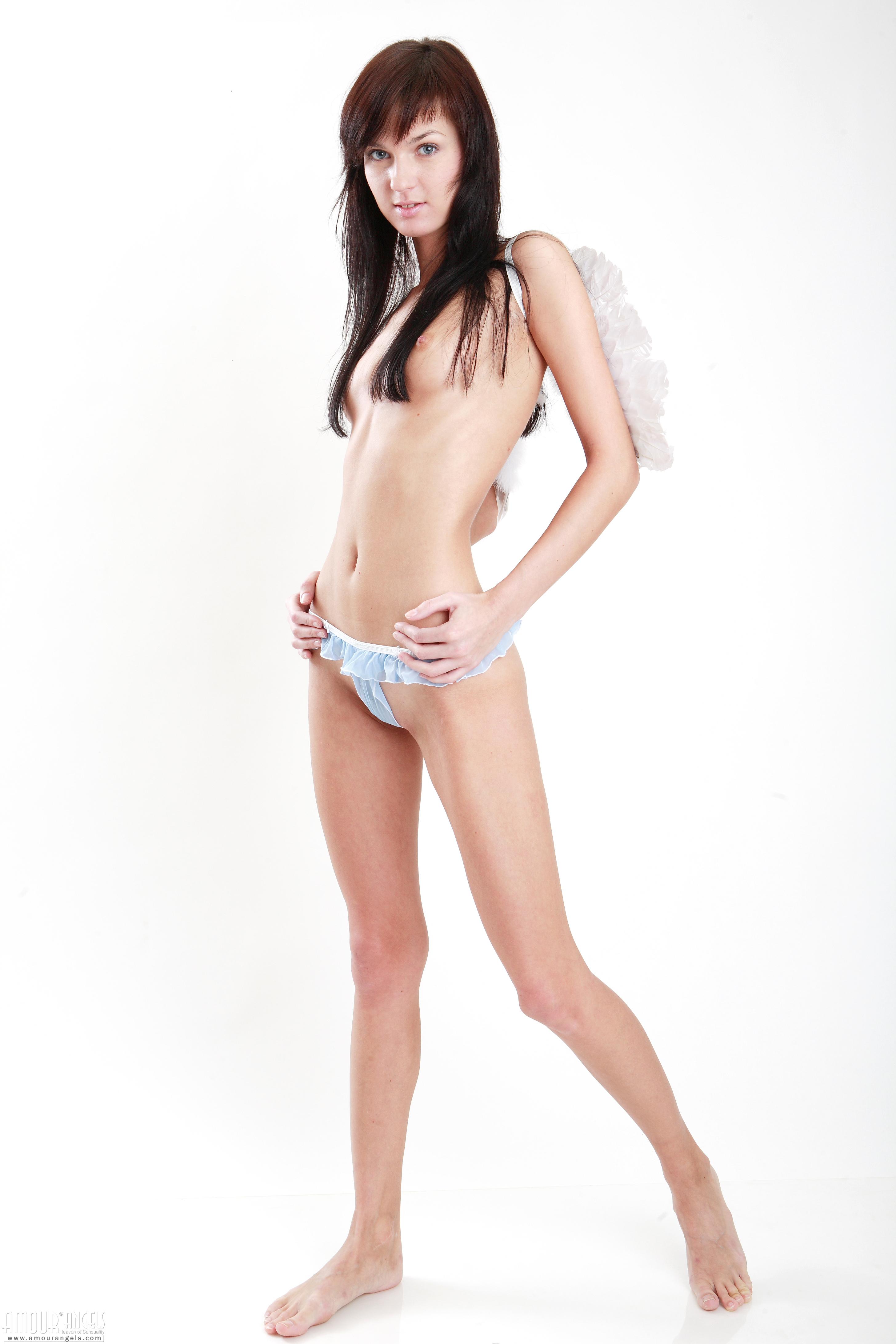 эротическое фото сестры в белых трусикаху раздвинула ноги