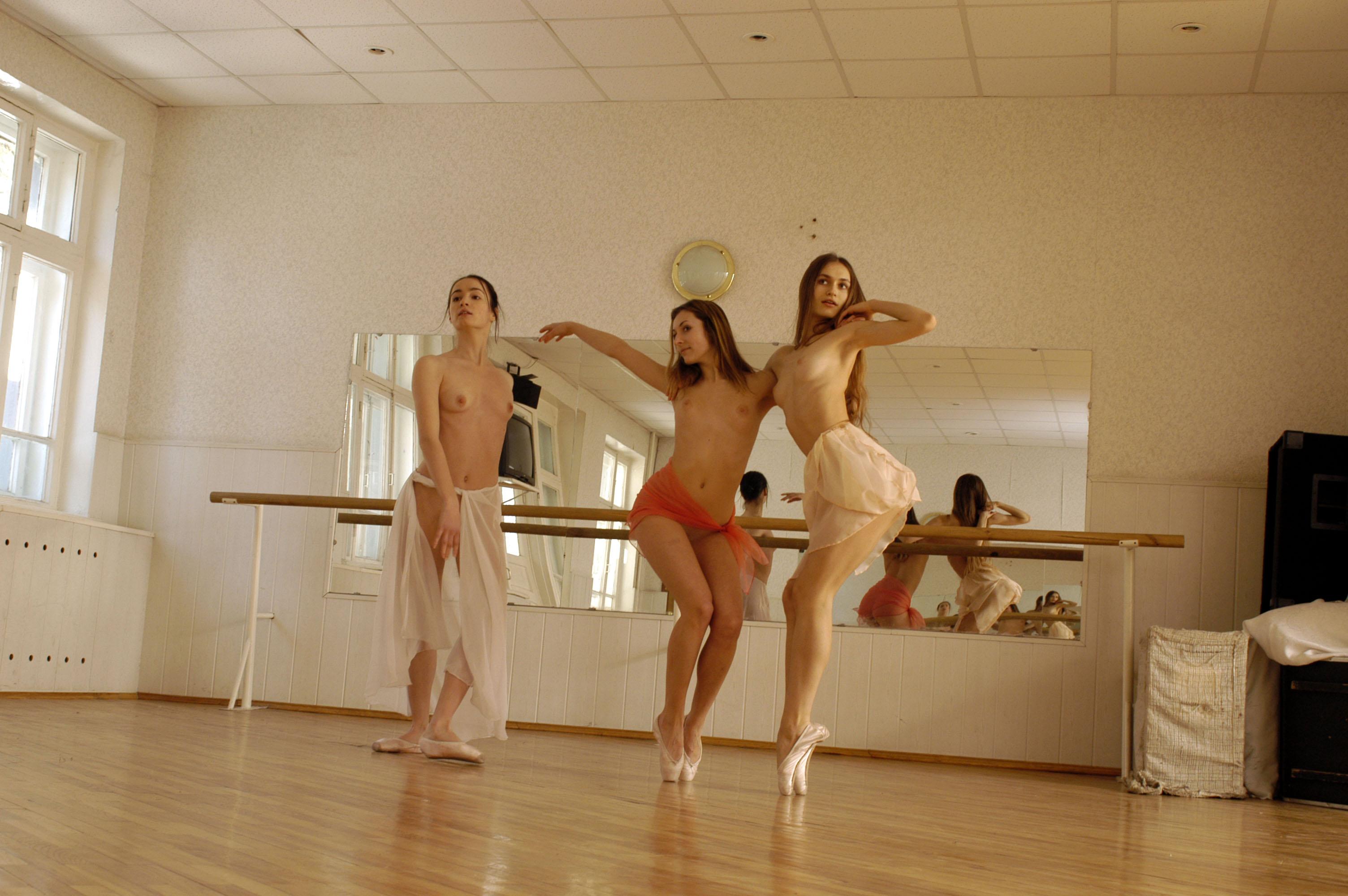 Видео с танцами голышом блога
