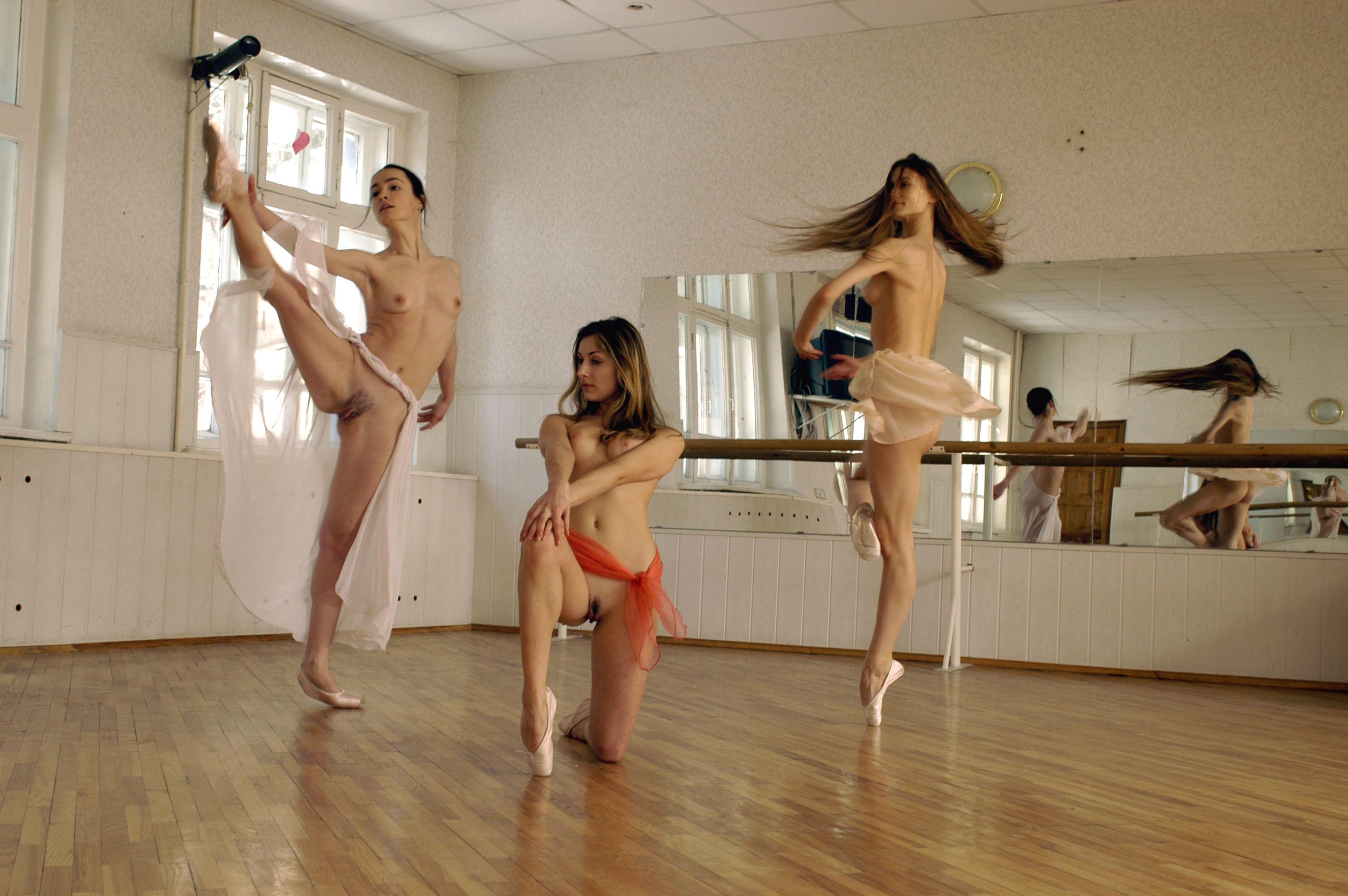 Танцуют голышом девчата