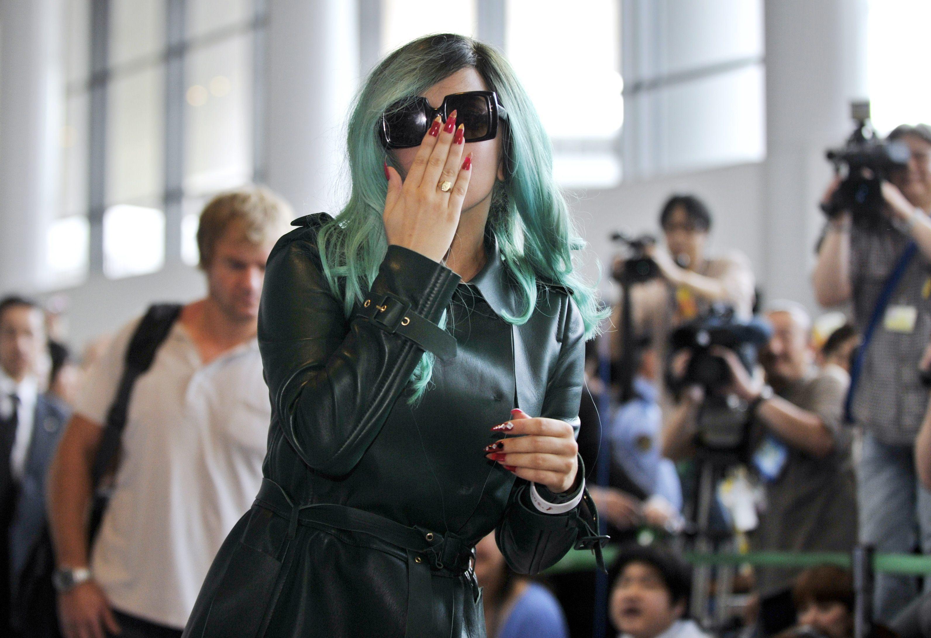 Tikipeter Lady Gaga arrives in Tokyo 007