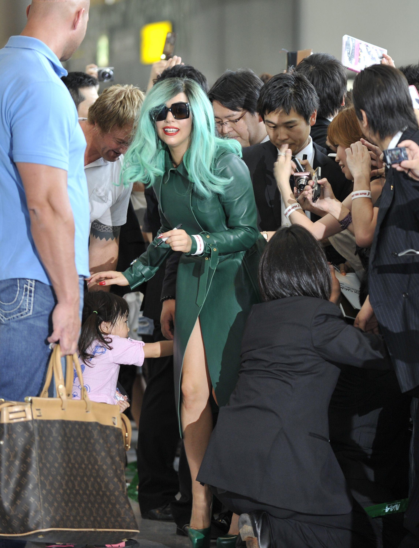Tikipeter Lady Gaga arrives in Tokyo 011