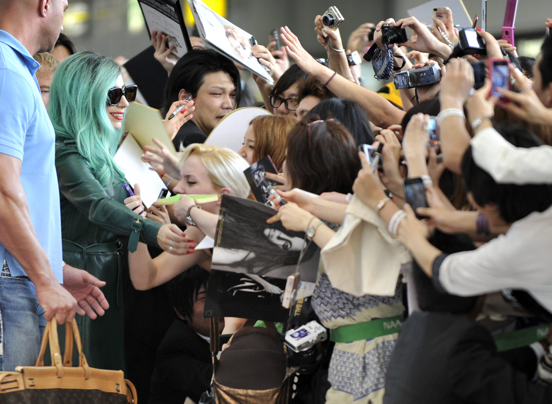 Tikipeter Lady Gaga arrives in Tokyo 027