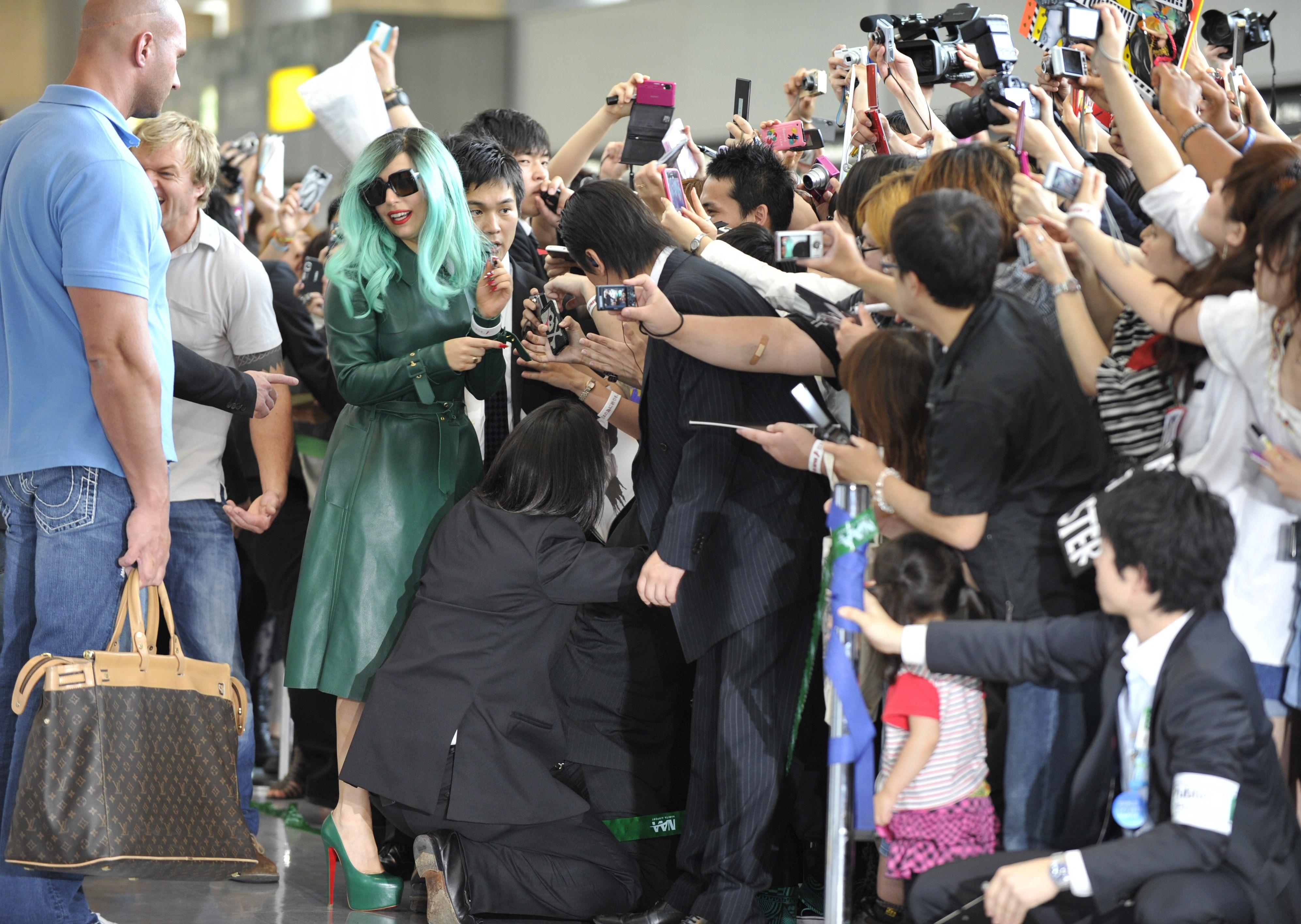 Tikipeter Lady Gaga arrives in Tokyo 028