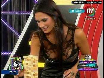 Paula Alvariñas en corpiño negro con encaje transparente