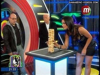 Paula Alvariñas en minifalda de cuero negra